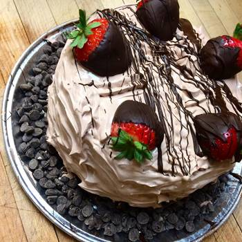 milk-chocolate-cake-with-strawberries-and-chocolate-chips